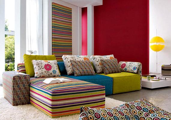 A divat terén a mix and match formáció 2012-ben egyre inkább meghódította a kifutókat, így várható volt, hogy a lakberendezésben is megjelenik. A lényeg, hogy a különböző színeket, anyagokat és formákat bátran kombináld egy adott szobán belül. Minél kaotikusabbnak tűnik, annál jobb.