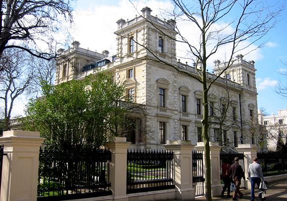 A hetedik helyen a Kensington Palace Gardens negyed egy másik felkapott ingatlanja áll, 140 millió dolláros értékkel. Roman Abramovich iparmágnás birtokolja ezt a csodaszép, teniszpályával is felszerelt birtokot.
