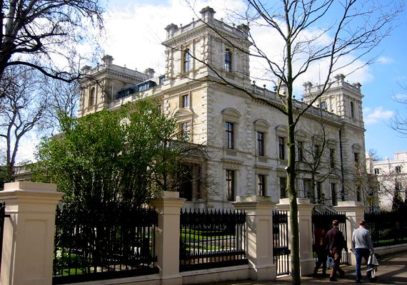 A London nyugati részén található Kensington Palace Gardens a legdrágább utca Angliában. Itt él a szigetország leggazdagabb embere, Lakshmi Mittal is, aki három itteni ingatlant is magáénak tudhat: ezek 117, 70 és 50 millió fontot érnek.