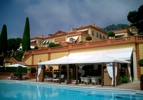 A Villa Leopolda, mely a Cote d'Azurön található, Európa legdrágább ingatlanjának számít, a belga II. Leopold építtette szeretőjének még 1902-ben. Legkevesebb 390 millió fontot ér, de árulták már jóval drágábban is. Állítólag még Bill Gates is meg akarta venni.