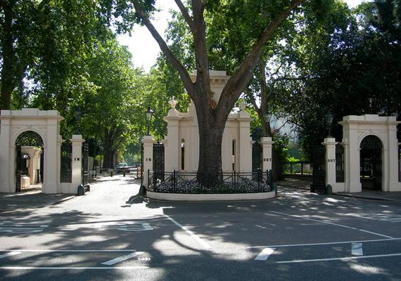 Lakshmi Mittal indiai acélmágnás London legelőkelőbb részén, a Kensington Palace Gardens területén három ingatlannal is rendelkezik. A 117 millió fontos értékkel így ő szerepel a lista negyedik helyén.
