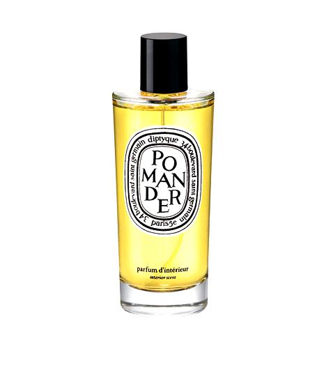 Diptyque Pomander RoomsprayA Neroli Parfümház nem csupán különleges francia parfümöket kínál, hanem enteriőrillatosítókat is. A Diptyque-termékek között akadtunk rá erre a viktoriánus kort idéző, narancsos-fahéjas különlegességre, mely nemcsak illatosít, de a dohányfüst szagát is megszünteti.