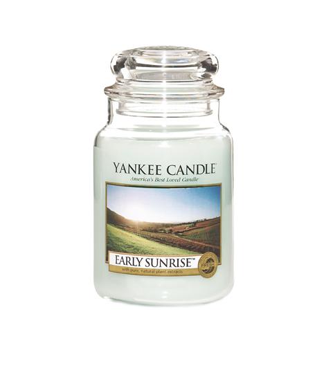 Yankee Candle Early SunriseA hűvös, romantikus, ébredő reggelek hangulatát idézheted az otthonodba a Yankee Candle Early Sunrise gyertyájával. A tiszta citrusaroma felfrissít, a csipetnyi gyömbér és a tea esszenciája pedig érzéki hangulatot teremt.Kapcsolódó cikk:3 frissítő, nyári illat az otthonodba »