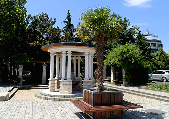 A top ötös listába a Balaton északi partján, a balatonfüredi járásban található Csopak került még be.