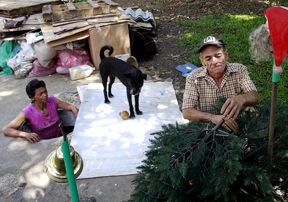 Az elhagyott csatornában él hűséges társuk, Blackie is. Az idős, hajléktalan pár amennyire csak tudta, próbálta otthonossá tenni a helyet.