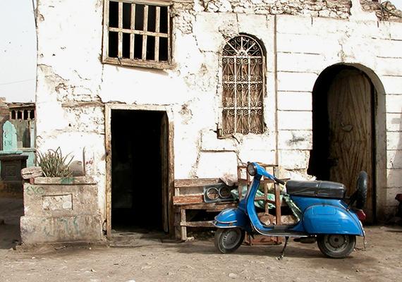 A jelenség sajnos korántsem egyedülálló, a világ számos pontjára jellemző, többek között Kairóra is, amelynek híres nekropolisza egyfajta nyomornegyeddé vált, ahol mintegy félmillióan élnek a sírok között.