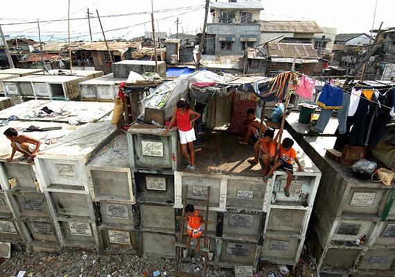 Talán azonban még előbbinél is drámaibb látványt nyújt a Fülöp-szigeteki, manilai temető, ahol elhagyott sírokat, mauzóleumokat használnak otthonként a legszegényebbek.
