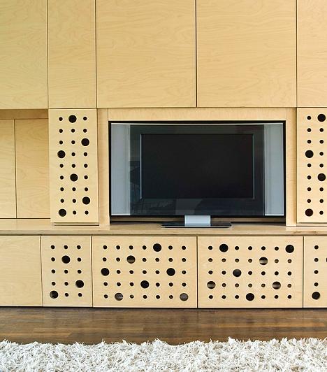 Összefüggő szekrénysorA szorosan egymás mellett lévő elemekből álló szekrénysorok népszerűek, de nem hagynak teret és a változtatásra lehetőséget. Helyettük válassz egymással harmonizáló, ám nem egyetlen garnitúrához tartozó bútorokat, melyeknek helyét időnként kedved szerint változtathatod.