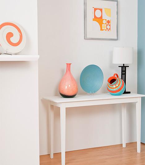 Színes kiegészítők kavalkádjaHa olyan kiegészítőbe szeretsz bele, ami kissé kilóg a már meglévő dekorációid sorából, ne mondj le róla, csak ne vidd túlzásba a különféle stílusú darabok keverését. Válogass, vásárolj, de csakis mértékkel, és lehetőleg nyugodt, semleges környezetben helyezd el a különleges darabot - a túl színes tárgyak túl színes környezetben nem mutatnak jól.