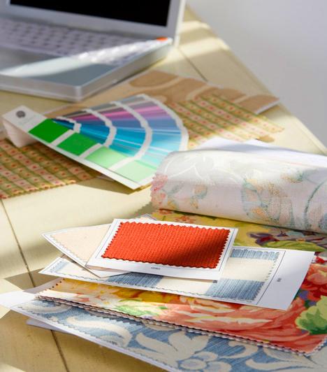 Nem harmonizáló színek és mintákFontos, hogy például a kanapé színének, anyagának és mintájának megválasztásánál figyelembe vedd a helyiségben található többi bútor színét, anyagát és mintáját. Nem baj, ha egy-egy bútor kilóg a sorból, a végeredmény azonban csak akkor lesz harmonikus, ha legalább mintájukban vagy árnyalatukban van valami közös az egyes darabok között.