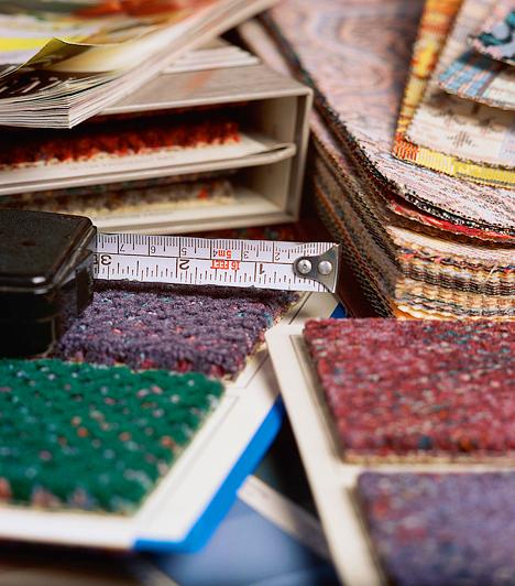 Sok apró szőnyegA padló burkolata szintén befolyásolja a szobák összképét. A padlószőnyeg egészségügyi szempontból nem javasolt, a sok apró darabra vágott típusok pedig esztétikailag kifogásolhatóak, hiszen felaprózzák, és zavarossá teszik a teret. Csupán két-három, hangsúlyosabb darabot használj, melyekkel a közös helyiségekben az eltérő funkciójú helyeket is kijelölheted.