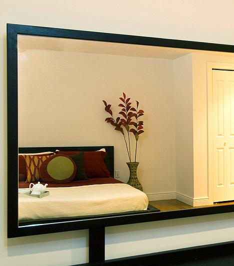 Tükör a hálószobábanA hatalmas, tükrökkel borított tolóajtós szekrények nagyon impozáns látványt nyújtanak, és optikailag növelik is a teret, a hálószobába viszont nem alkalmasak. Megzavarják a helyiség nyugodt légkörét, és alvásproblémákat okoznak.