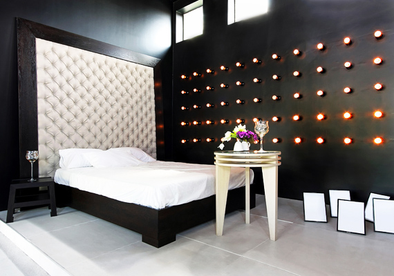A feketére mázolt fal és a hasonló színű bútorok lehangoltságot okoznak, és cseppet sem segítik a nyugodt, harmonikus pihenést.