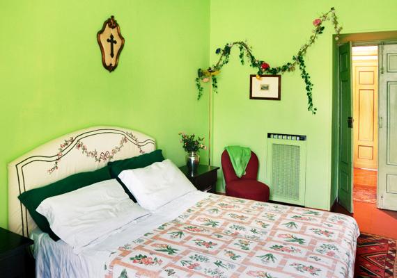A zöldnek is akadnak olyan árnyalatai, amelyek nem ajánlottak a relaxáláshoz. Tipikusan ilyen ez a szöcskezöld, illetve a kivizöld árnyalat is.