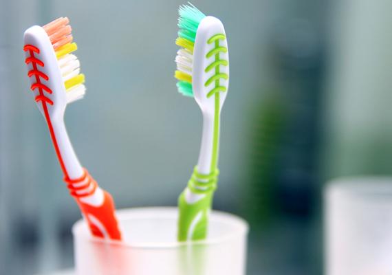 A fogkefén a nedves közeg és a szájüreggel való érintkezés miatt könnyen elszaporodhatnak a baktériumok, ami ugyanúgy igaz a fogmosópohárra vagy épp a fürdőszobai polcra, melyre ráteszed őket. Gondoskodj megtisztításukról minden alkalommal, a legfontosabb azonban, hogy semmit se hagyj nedvesen.