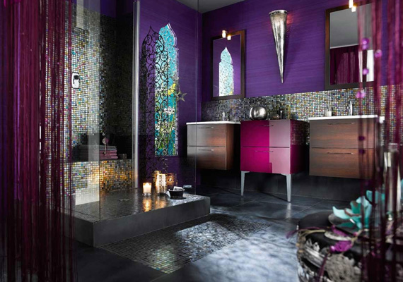 Egy török hammamra emlékeztet ez a lila fürdő, talán ezt a legkönnyebb otthon megvalósítani, mozaikkal és erőteljes színekkel.