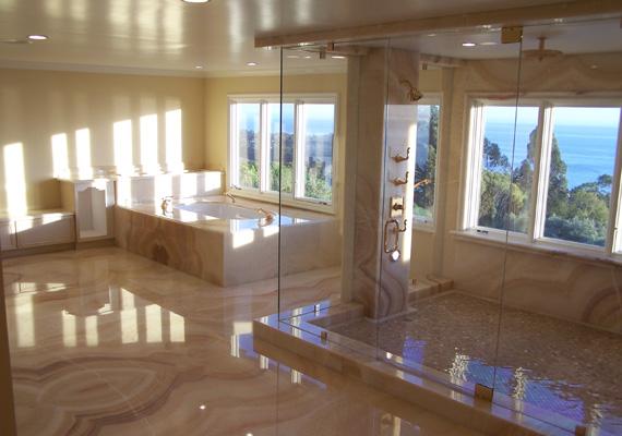 Egy garzonlakás alapterületén terül el ez a csoda. A kilátás pazar zuhanyzás közben.