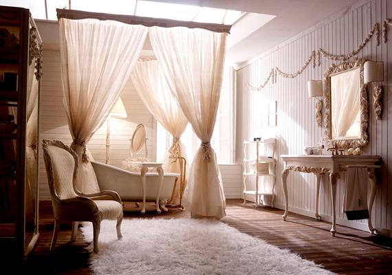 Marie Antoinette is megirigyelte volna ezt a romantikus fürdőt. Az asztalka rejti a mosdókagylót.