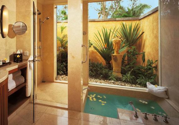 Az ázsiai szállodákban sok helyen alkalmazzák az open-air fürdőt, ami otthon is megvalósítható, persze csak a megfelelő éghajlaton.