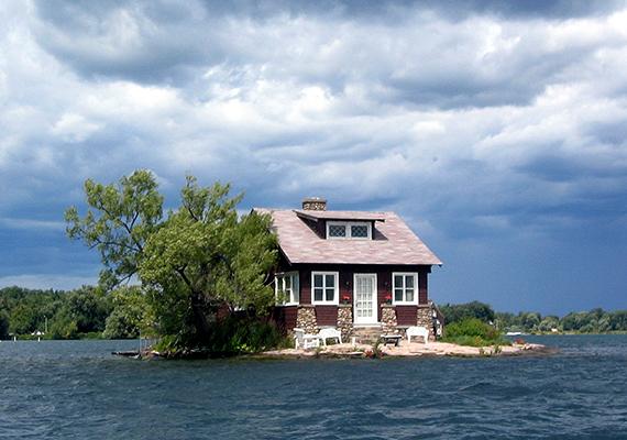 Az Amerikai Egyesült Államok és Kanada határvidékén, a Szent Lőrinc-folyón található ez a kis ház, melynek szigetét találóan csak Just Room Enough Islandnek, vagyis szobányi szigetnek nevezik.