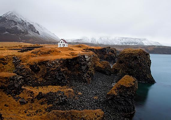 Izlandon nem ritkák az elszigetelt épületek: a képen látható ház Arnarstapi kis halászfalvában található.