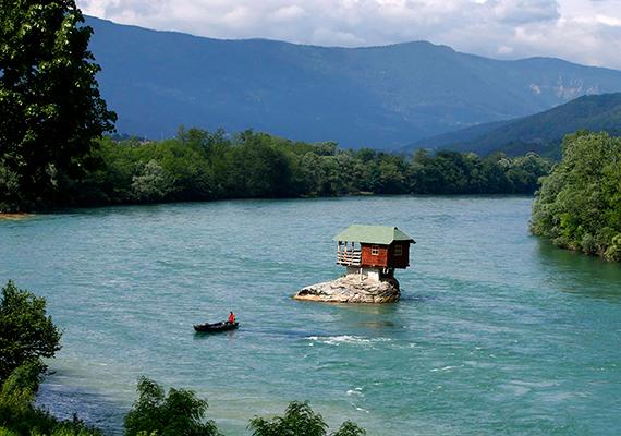 A szerbiai Drina-folyóból kimagasodó kis faházat fiatalok építették az 1960-as években.