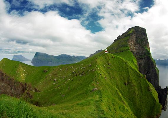 Magányos épület a Norvégia, Skócia és Izland között félúton található Feröer-szigetek Trøllanes nevű településén. Kattints ide, ha még több képet néznél meg a gyönyörű szigetekről!