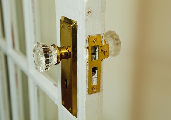 Tegyél hasonlóan akkor is, ha nyikorog az ajtó, vagy szorul a zár.