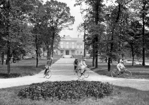A kastély parkja 1913-ban: korabeli feljegyzések szerint a személyzet jelentős részét a kertészek tették ki.