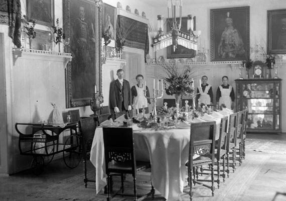 Úri ebédlő 1922-ből.