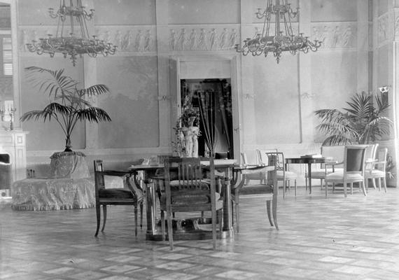 Jómódot tükröző helyiség egy korabeli kastélyban.