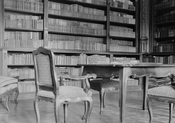 Könyvtár a Zichy grófok egy másik rezidenciáján, a Pollack Mihály tervei alapján építtetett soponya-nagylángi kastélyban, szintén 1902-ből.
