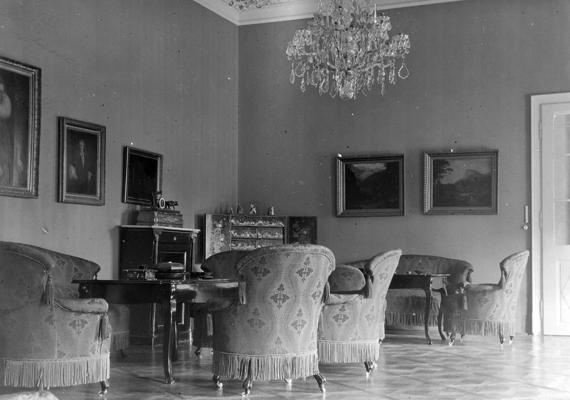 Belső fotó a seregélyesi Zichy-Hadik-kastélyból, 1902-ből. A kastélyt 1821-ben építtette gróf Zichy Ferenc, a monarchia pénzügyminisztere.