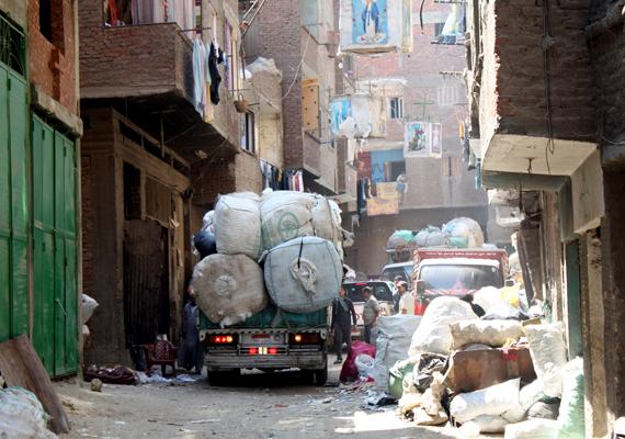 Újabb szállítmány érkezett a házhoz. A szűk udvaron alig fér el a kocsi a hulladék mellett. Paradox, de amellett, hogy rendkívül nagy a szegénység, a helyiek példaértékű életet élnek abból a szempontból, hogy rávilágítanak, a hulladék jelentős része újrahasznosítható lenne.
