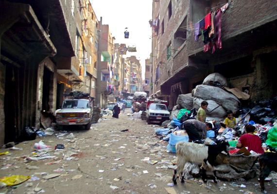 Egy család éppen válogatja a szemetet a házak alatt: a munkából a gyerekek is kiveszik a részüket. A szemétgyűjtőket arabul zabbaleennek nevezik, itt él a legnagyobb ilyen közösség.