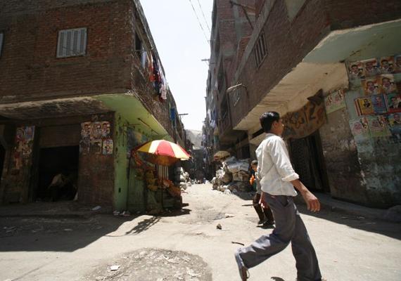 Így néz ki egy utca ezen a környéken. A nyomornegyedben gyakran gondot okoz az ivóvíz- és az áramellátás, de a szennyvíz elvezetése is.
