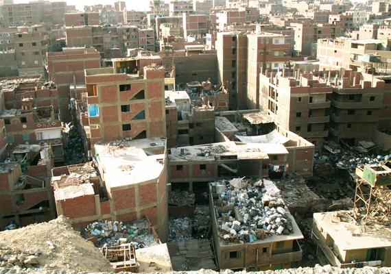 A városrész képe felülnézetből. Amerre csak a szem ellát, a házak tetején és az utcákon is áll a szemét.