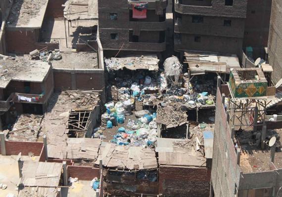 Az itt lakók gyönyörű panoráma helyett csak hulladékot láthatnak otthonaikból. Azért veszik azonban körül magukat mindezzel, mert olyan szegények, hogy újrahasznosításukból élnek.