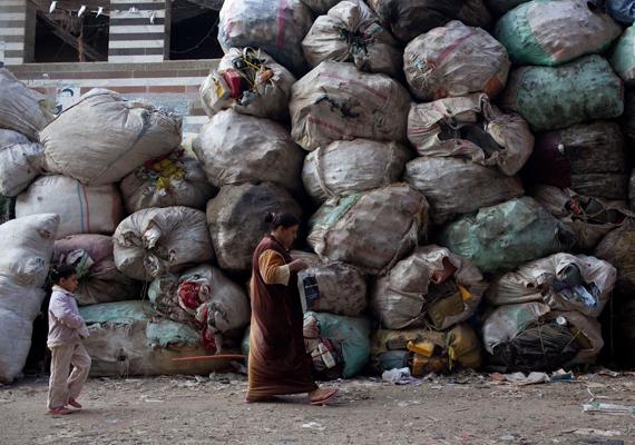 Közvetlenül az épület tövében tornyosul a szeméthalom. Egész Kairóból gyűjtik, így jöhetnek létre ilyen hatalmas lerakóhelyek.