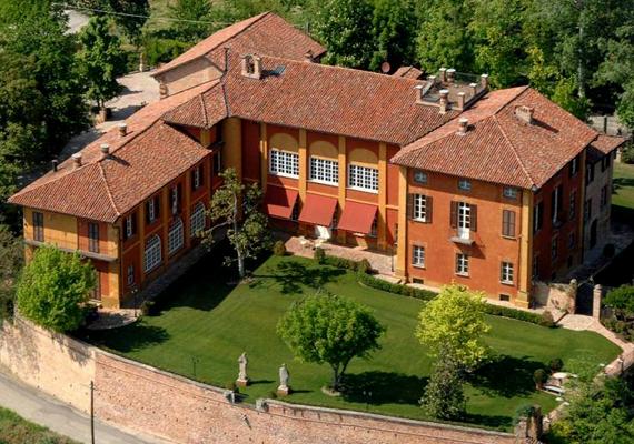 Persze azért gondolt befektetéseire is, ezért nézte ki magának a képen látható olaszországi Lavezzole-kastélyt, mely 8 millió euróba került.