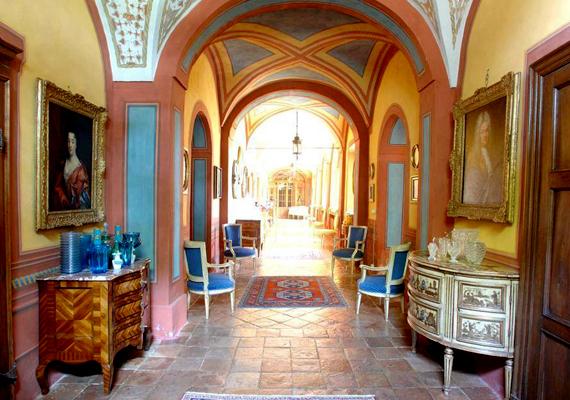 A kastélyt az elegancia uralja, mégis otthonosan rendezték be. A háromemeletes épülethez még saját kápolna is tartozik.
