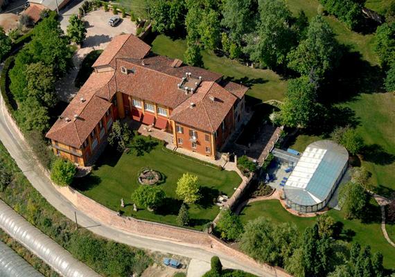 A piemontei Asti híres borvidékén levő ingatlan ára 8 millió euró. Egy helyi vállalkozó árulja, és Zuckerberg az elsők között jelentkezett megvásárolni a háromemeletes épületet, körülötte kerttel, fedett medencével és kápolnával. A Facebook alapítója megelőzte a szintén a kastély iránt érdeklődő Warren Buffet amerikai üzletembert is.