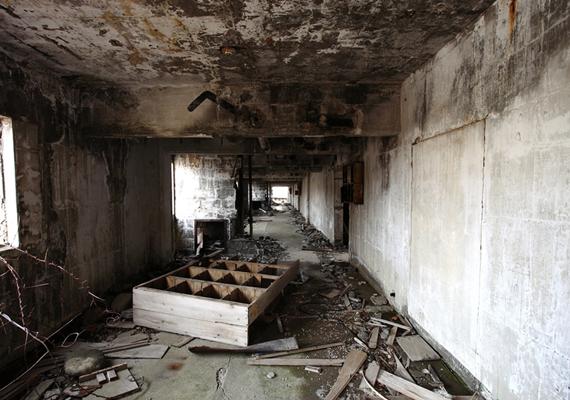 Nem mindenkinek jelentette azonban a paradicsomot az itteni élet, a bánya ugyanis kényszermunkatáborként is működött, ahol kínai és koreai foglyokat dolgoztattak embertelen körülmények között. A helyet emiatt a pokol kapujaként is sokan emlegetik.