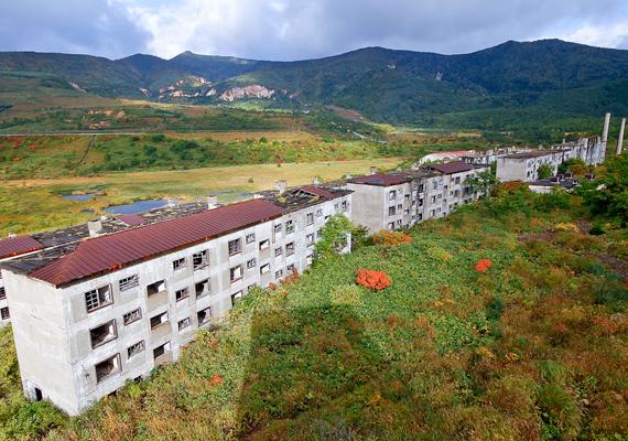 A település területét folyamatosan foglalja magának vissza a természet.