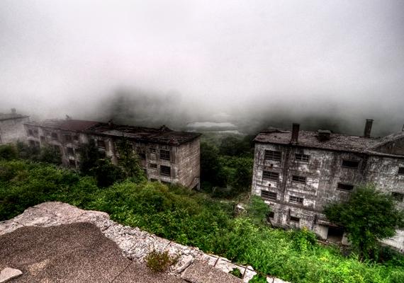 A környéket gyakran lepi el a köd, furcsa, kísérteties hangulatot kölcsönözve a házak körvonalainak.