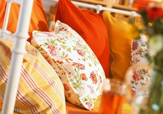 Sok színes párna a kerti bútorokra, ettől lesz igazán hívogató a balkon.