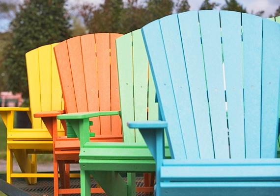 Egy kis festékkel új színt és stílust adhatsz a klasszikus faszékeknek. Minél színesebbek, annál jobb.
