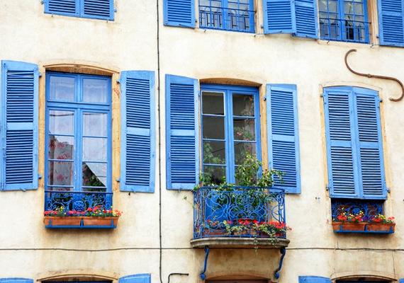 A színes zsalugáter nemcsak feldobja a lakás külsejét, de remekül véd a szél és a nap ellen is.
