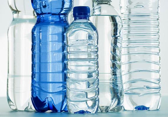 Ha semmi más nem segít, és különösen éjszaka kellemetlen a meleg, tegyél magad mellé vízzel teli, korábban a hűtőben fagyasztott palackokat.