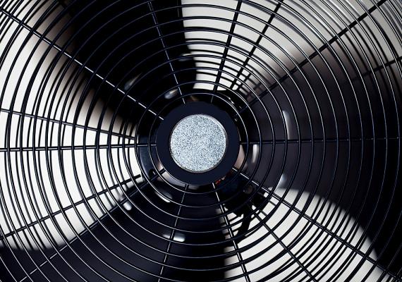 Bár magát a lakást nem hűti le, keringeti a levegőt, ezáltal pedig hűvösebb érzetet teremt egy egyszerű ventilátor is. Ráadásul nem is drága.